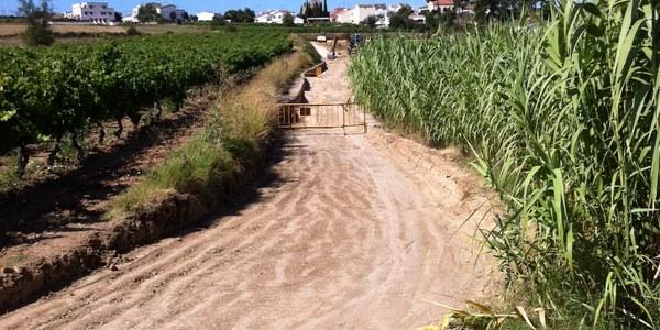 Obres de pavimentació al camí de les Planes, a Santa Fe del Penedès